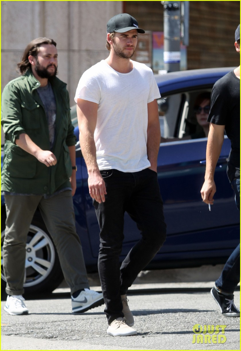 liam hemsworth emerges and he is looking fit 01