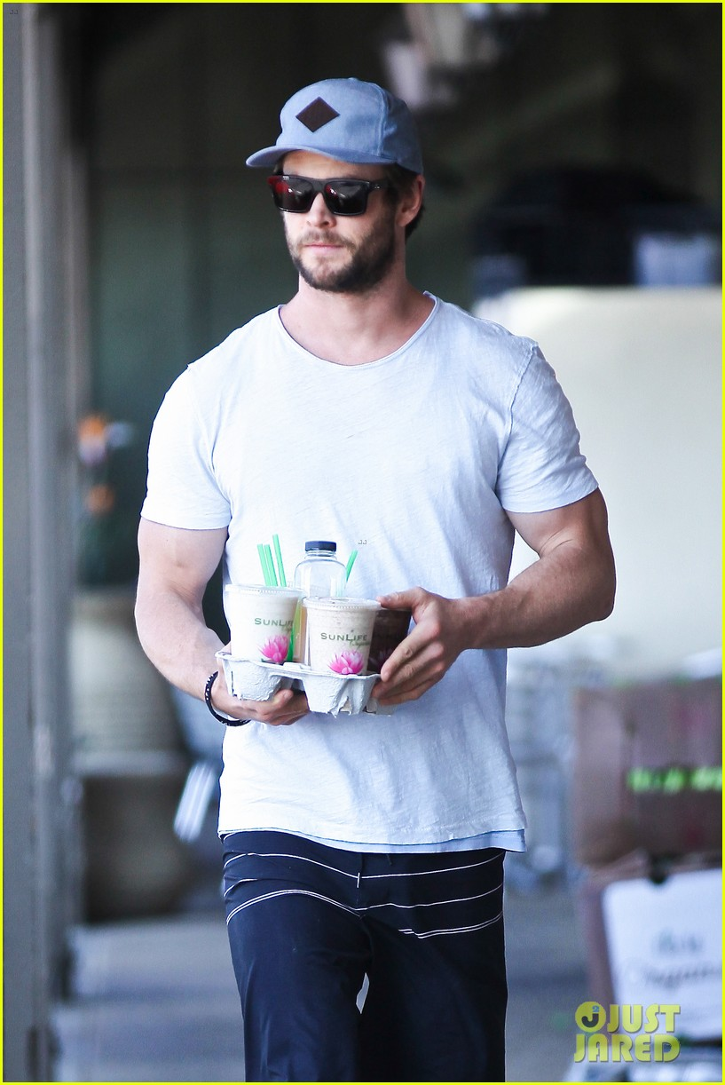 chris hemsworth muscles can barely fit in his shirt 013090988