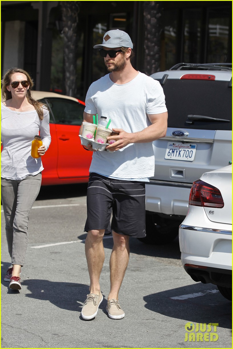 chris hemsworth muscles can barely fit in his shirt 15