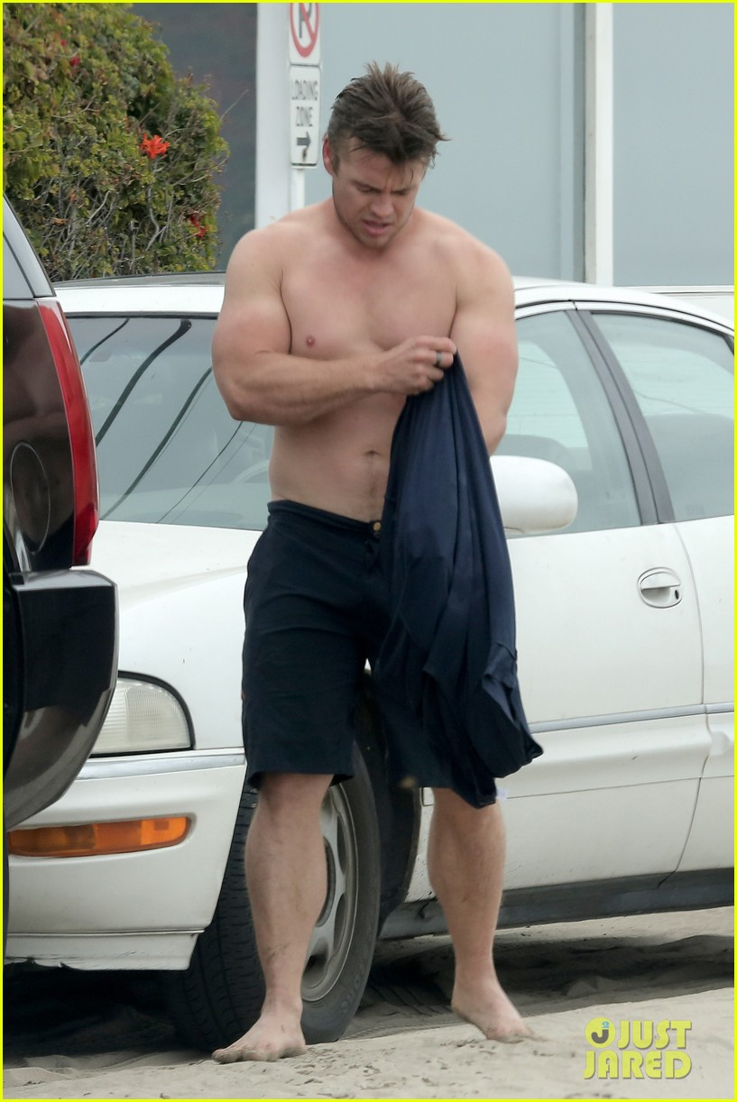 luke hemsworth shirtless at the beach 04
