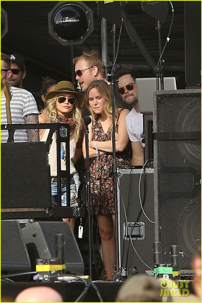 hilary duff mike comrie backstage coachella musica festival 2014 103090439