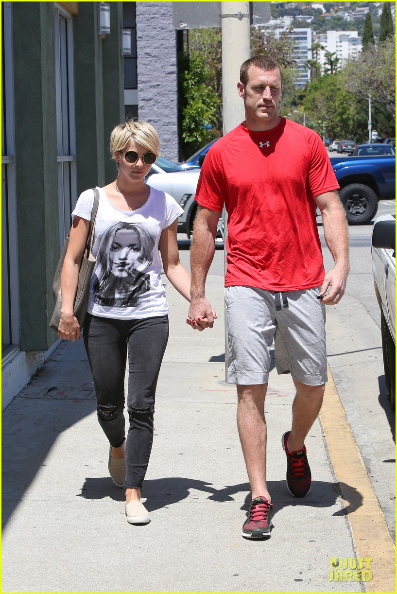 julianne hough doesnt shy away love for boyfriend brooks laich 113099521