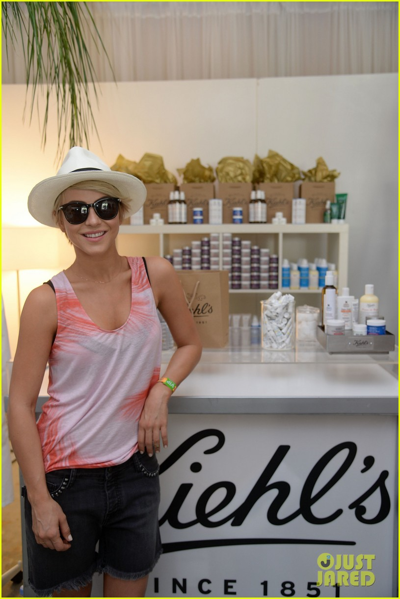 julianne hough becomes daisy duke for coachella fun 08