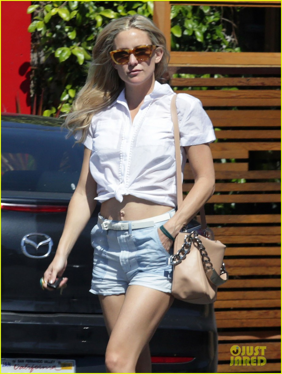 kate hudsons flat toned tummy is so enviable 043088416