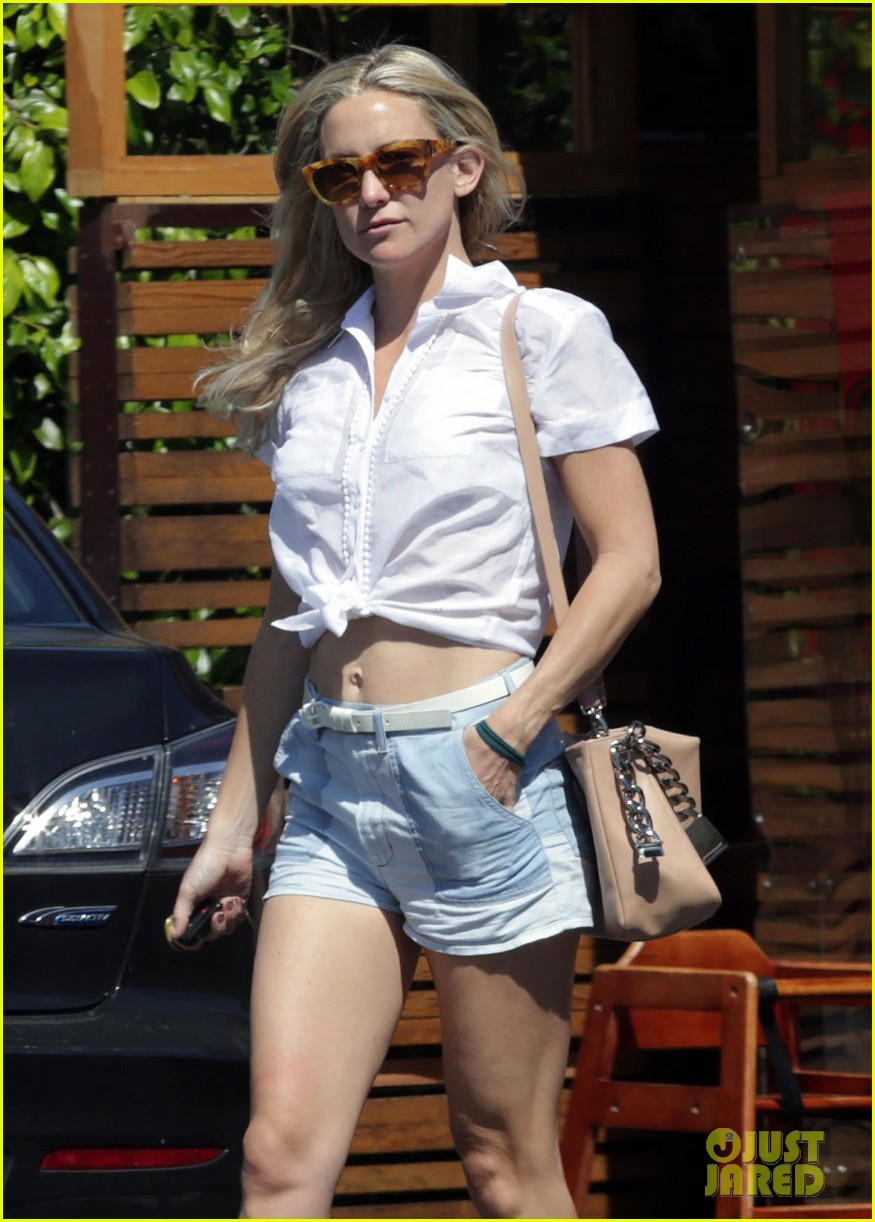 kate hudsons flat toned tummy is so enviable 08