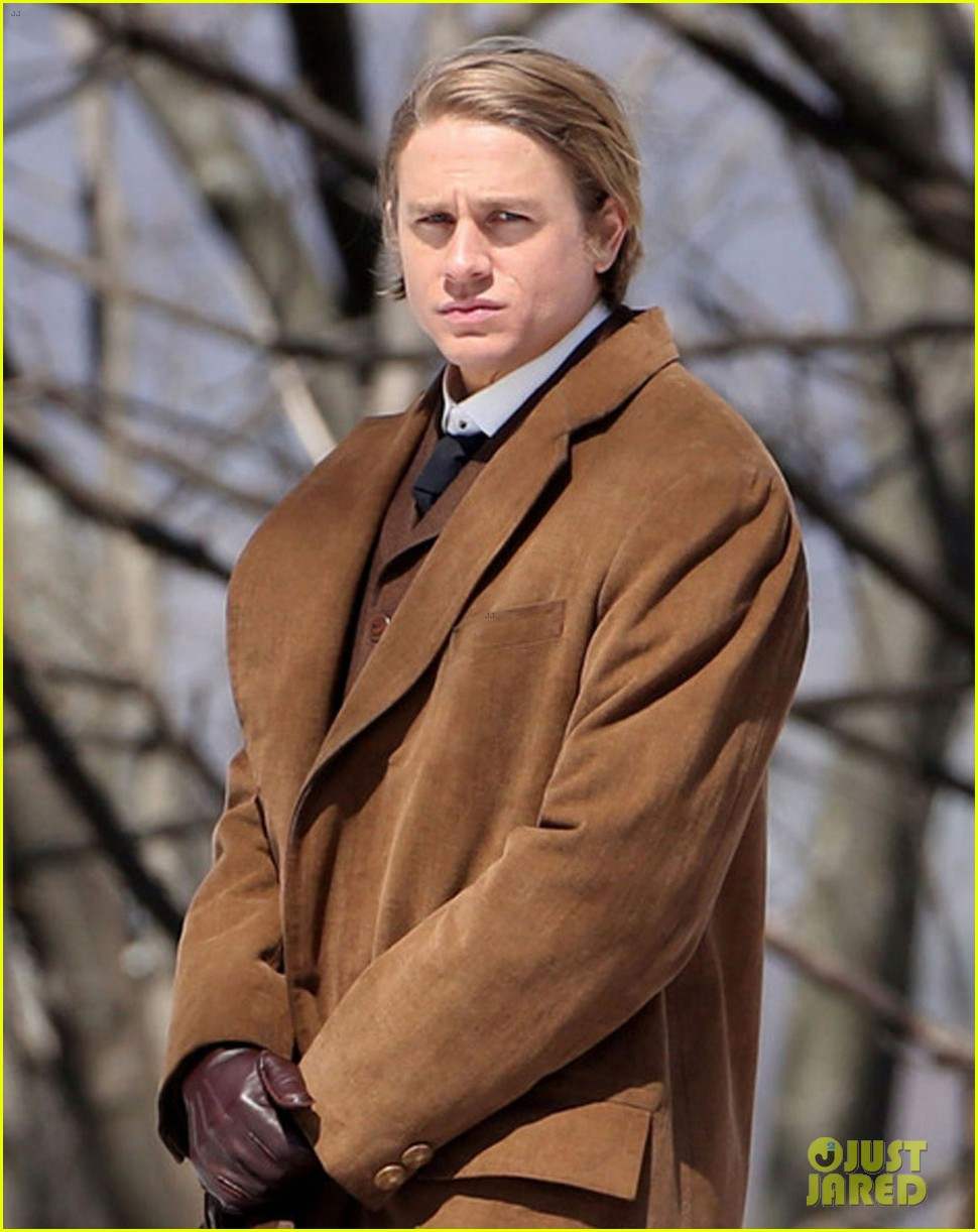 charlie hunnam crimson peak first set photos 043088550