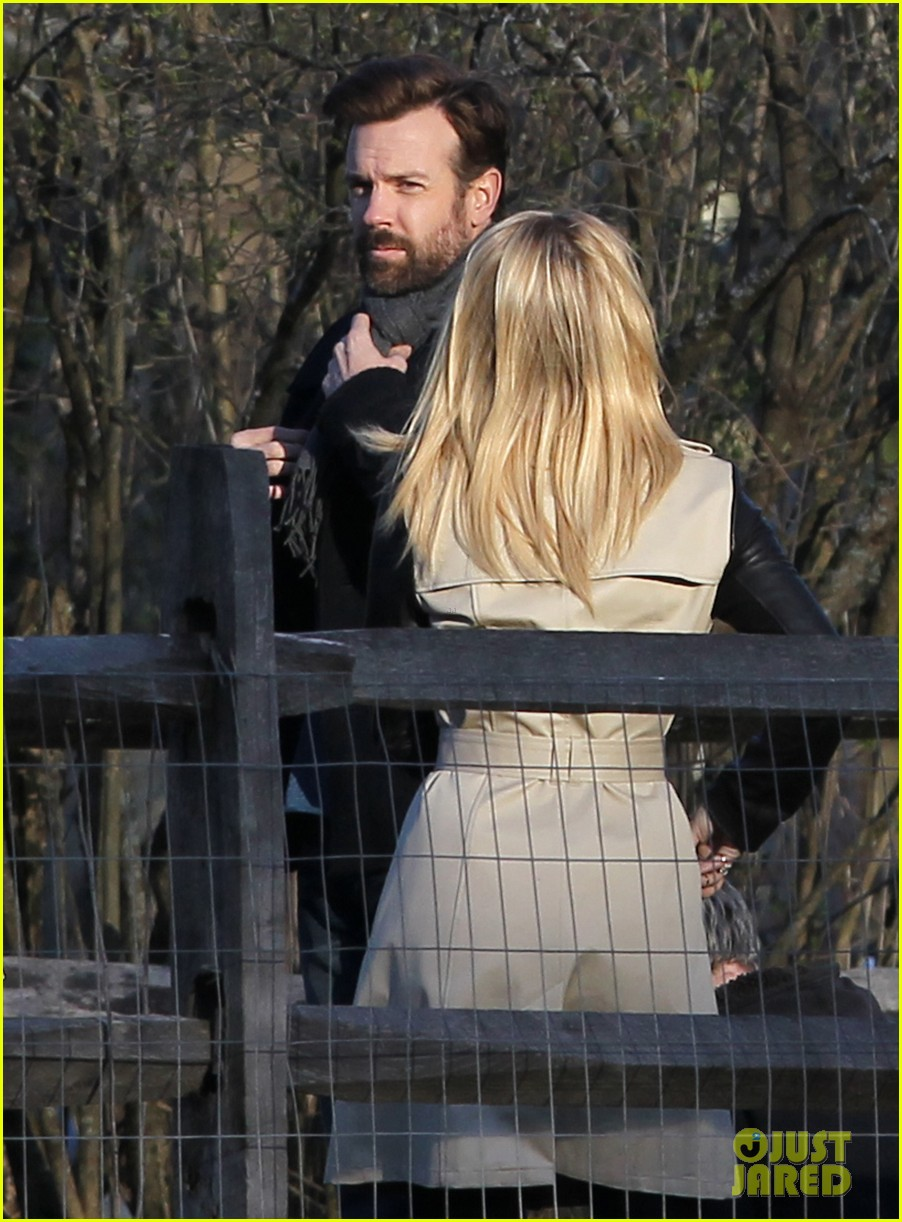 jason sudeikis shows dianna agron pictures of baby otis 023099239