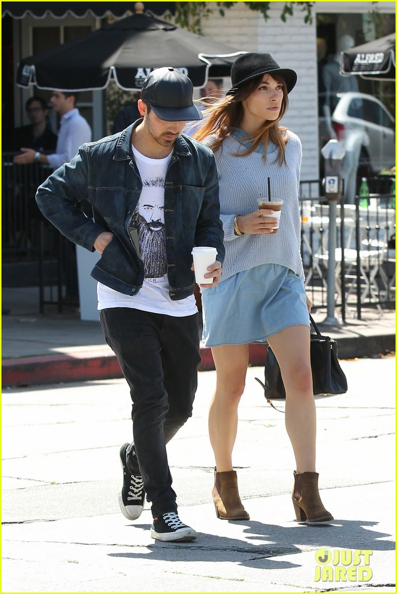 joe jonas blanda eggenschwiler use fashionable hats to keep the suns rays away 02