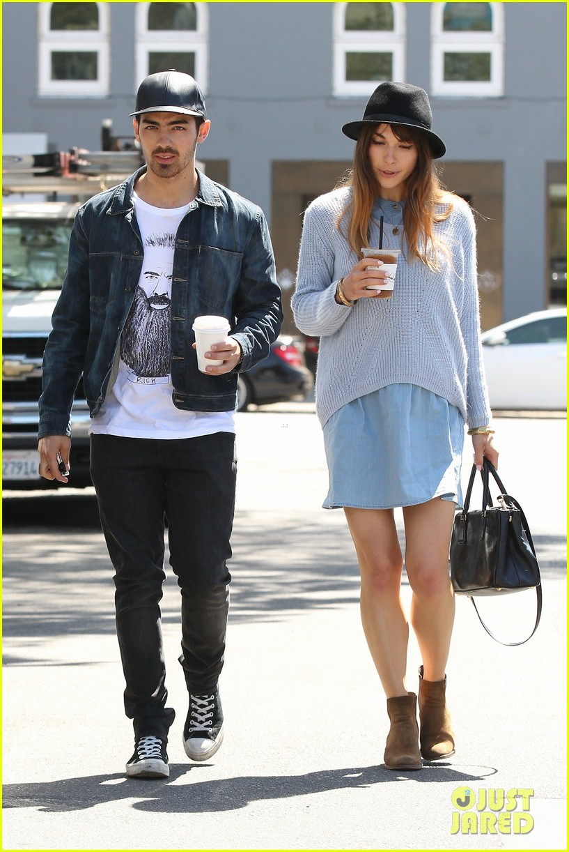 joe jonas blanda eggenschwiler use fashionable hats to keep the suns rays away 10