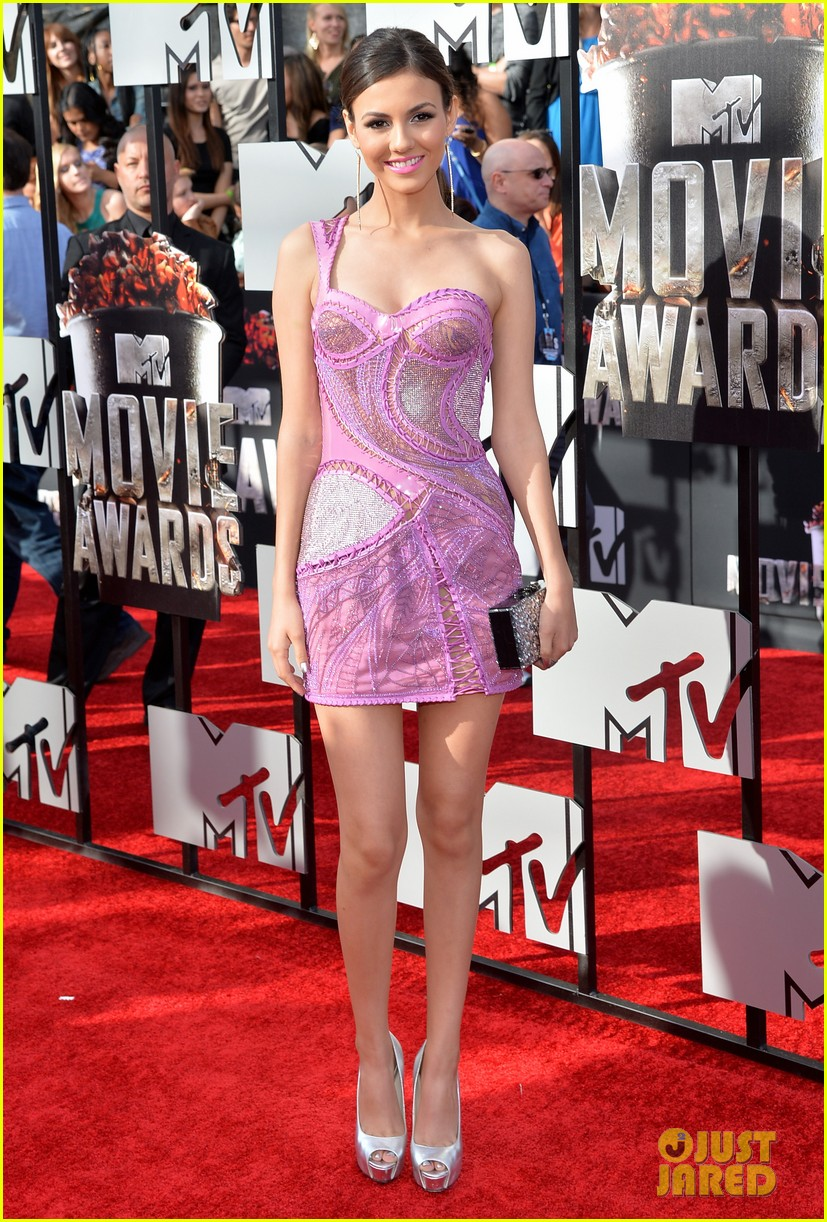 victoria justice works the red carpet alongside boyfriend pierson fode mtv movie awards 2014 053091151