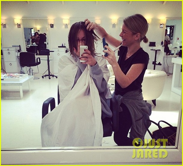 kaley cuoco chops hair even shorter debuts bob hairdo 023098108