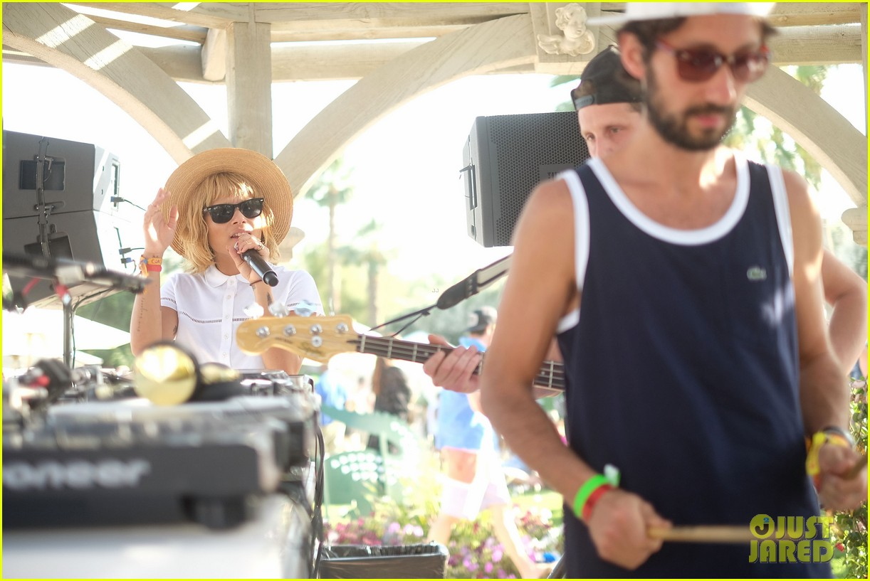 zoe kravitz lolawolfe take the mic at lacoste pool party 07