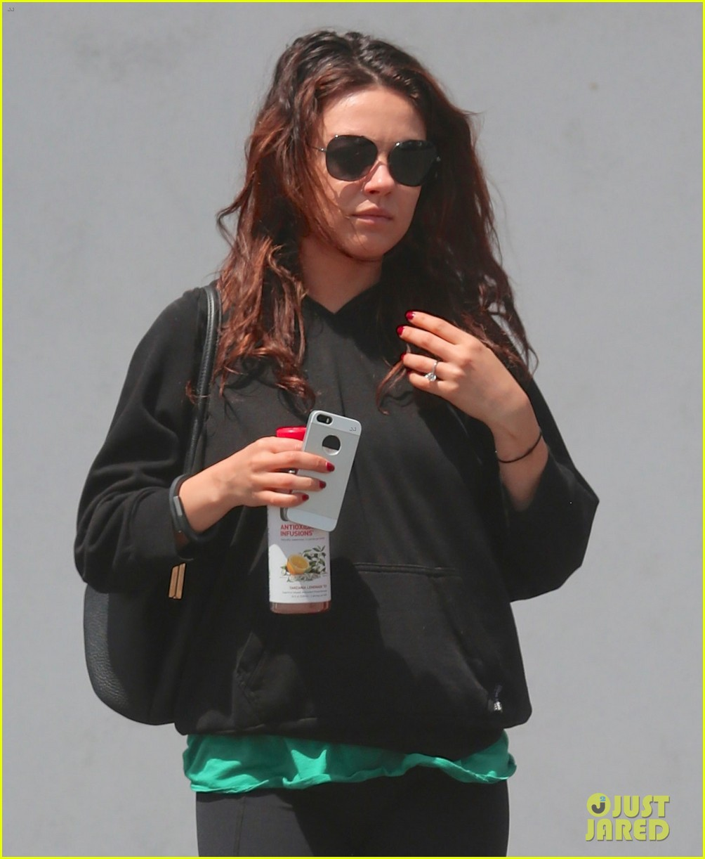 pregnant mila kunis feeds her cravings after a workout 05