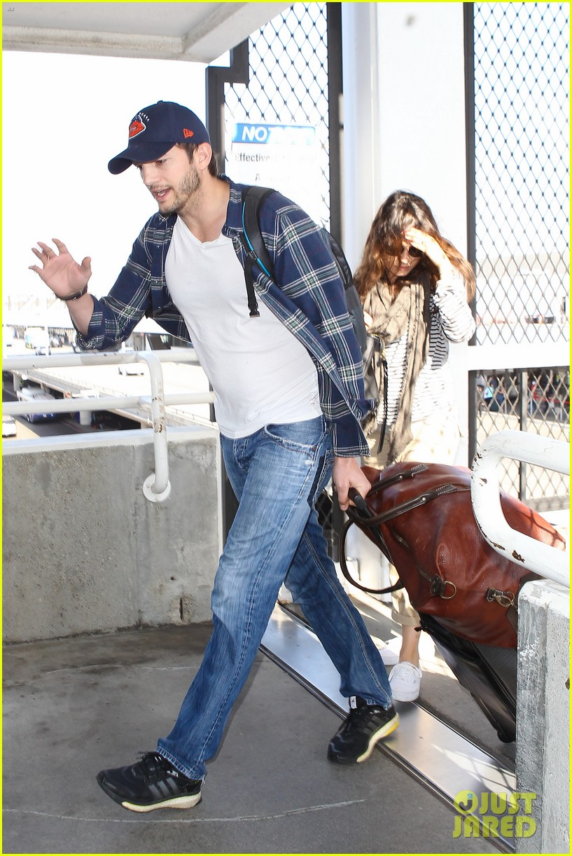 pregnant mila kunis ashton kutcher arrive home for easter 013095333