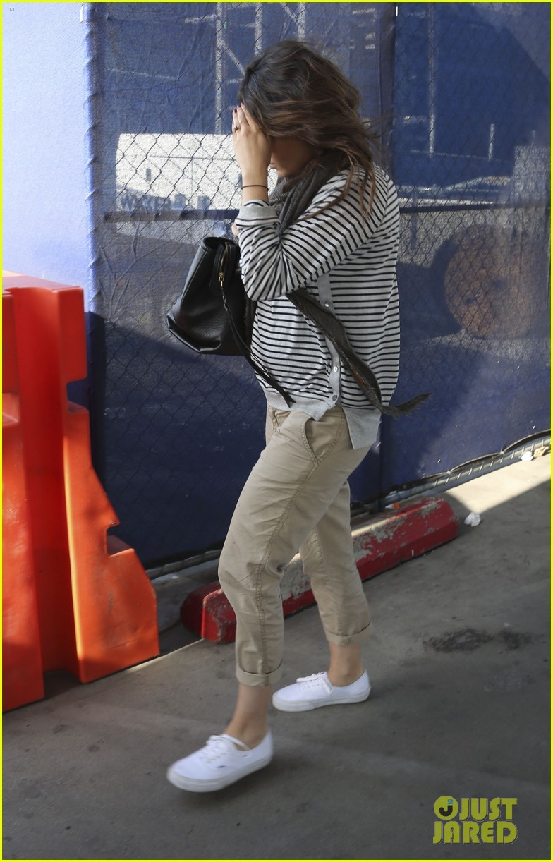 pregnant mila kunis ashton kutcher arrive home for easter 05
