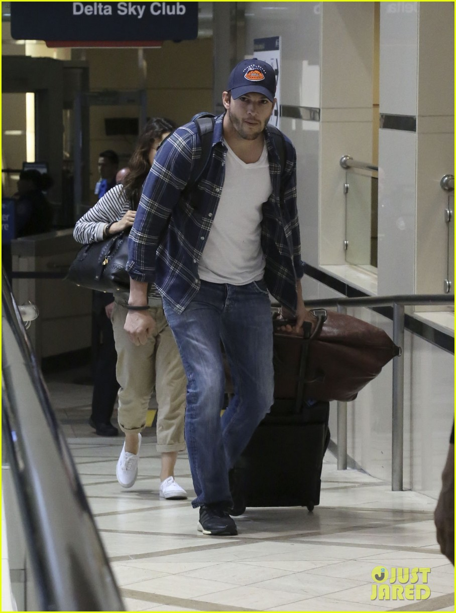pregnant mila kunis ashton kutcher arrive home for easter 21