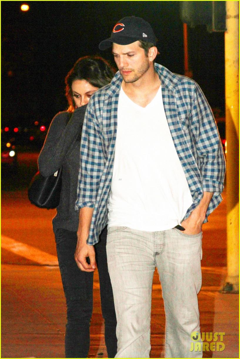 ashton kutcher flies home to pregnant fiancee mila kunis 07