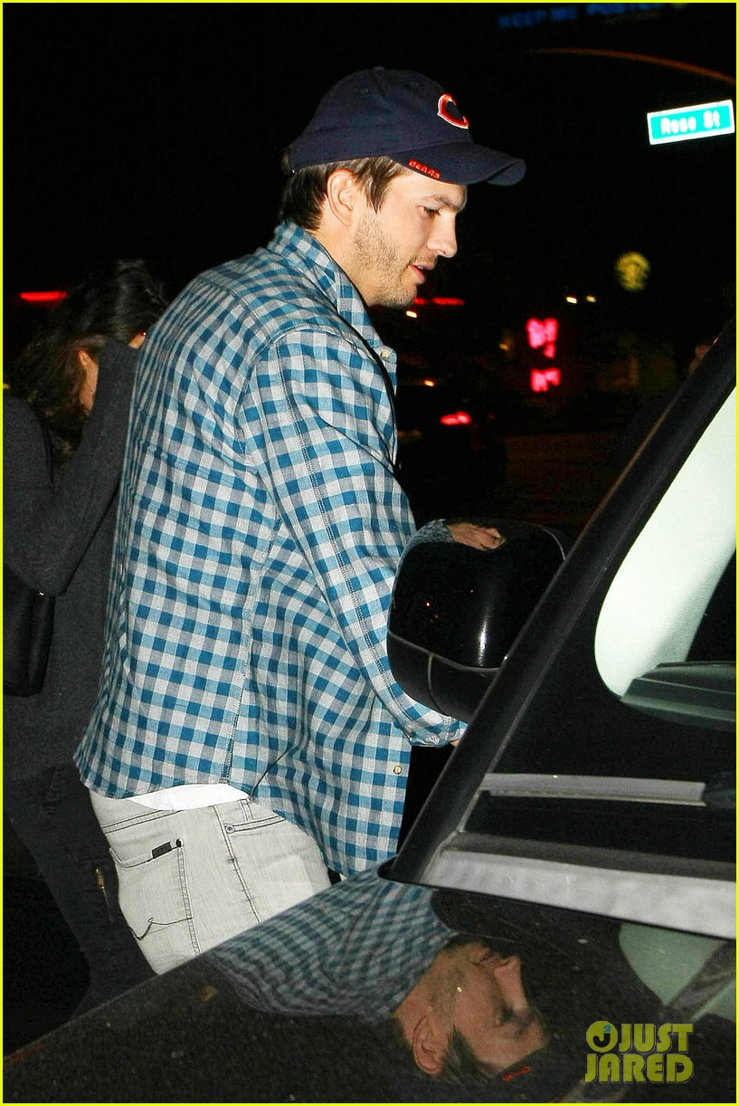 ashton kutcher flies home to pregnant fiancee mila kunis 183090711