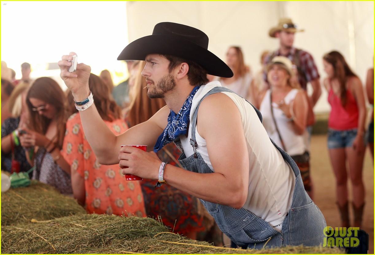 ashton kutcher hillbilly stagecoach festival pregnant mila kunis 043099931