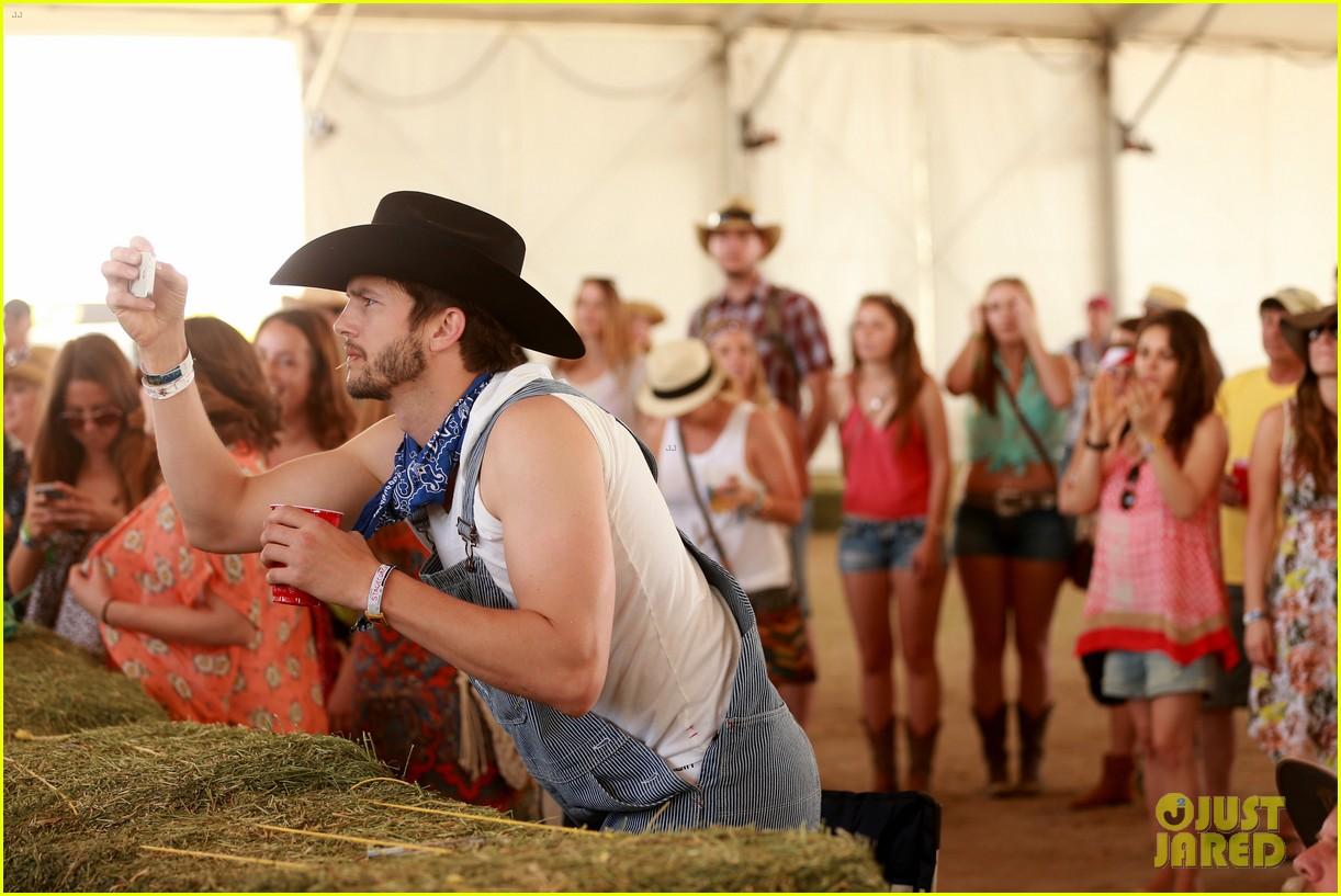 ashton kutcher hillbilly stagecoach festival pregnant mila kunis 073099934