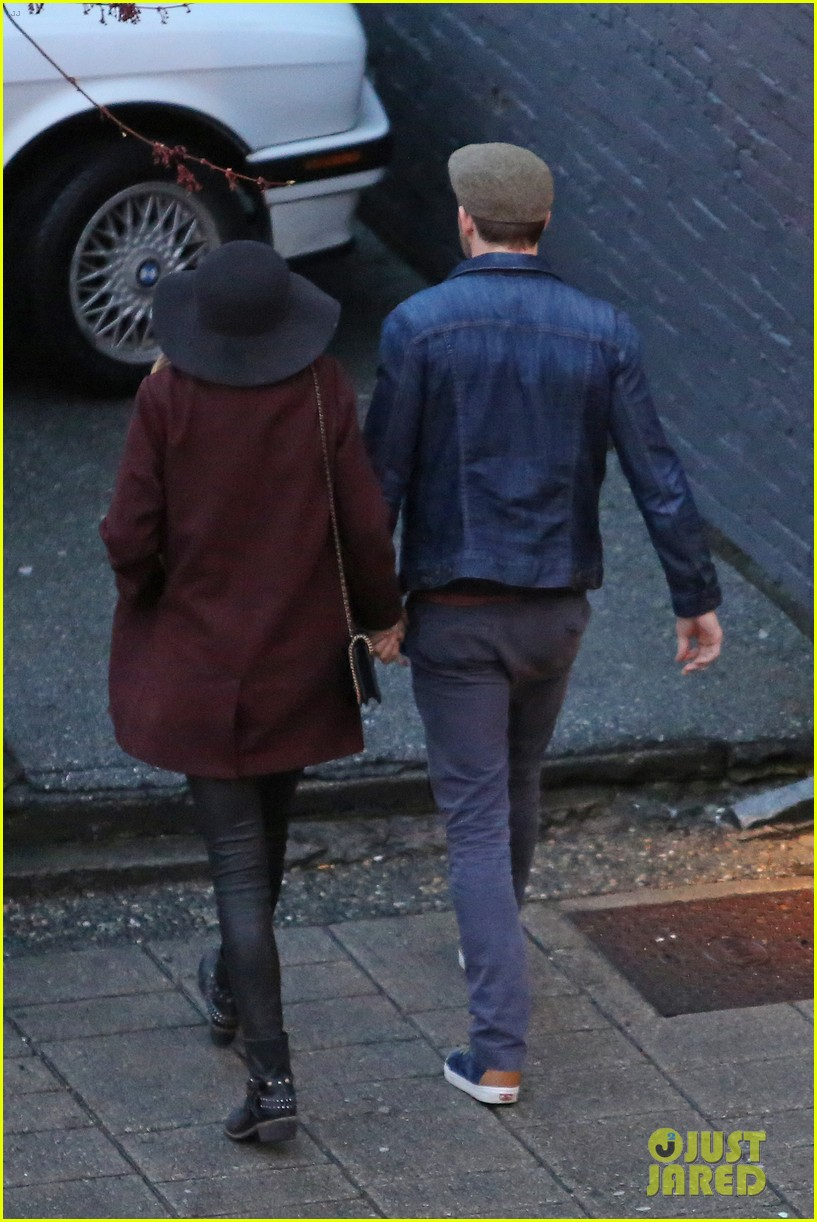 blake lively ryan reynolds hold hands most adorable couple 03