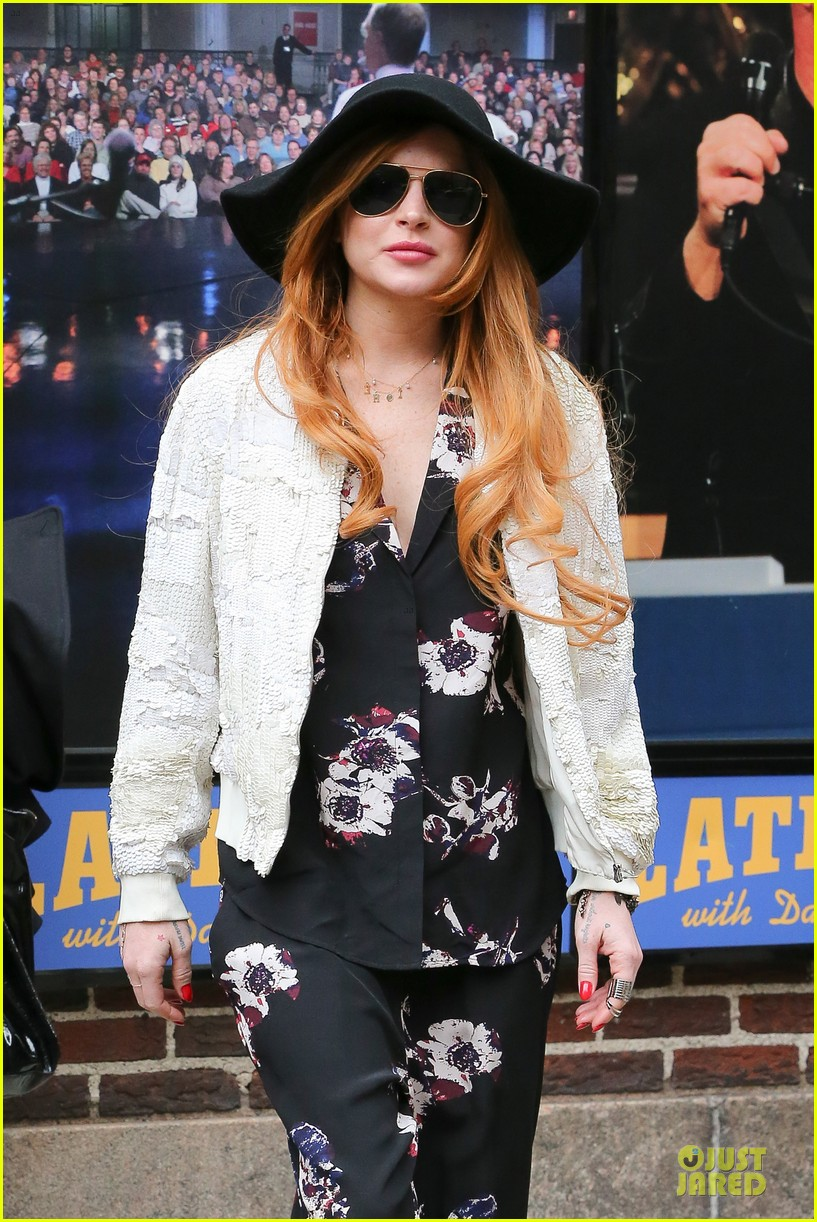 lindsay lohan brings music letterman 04