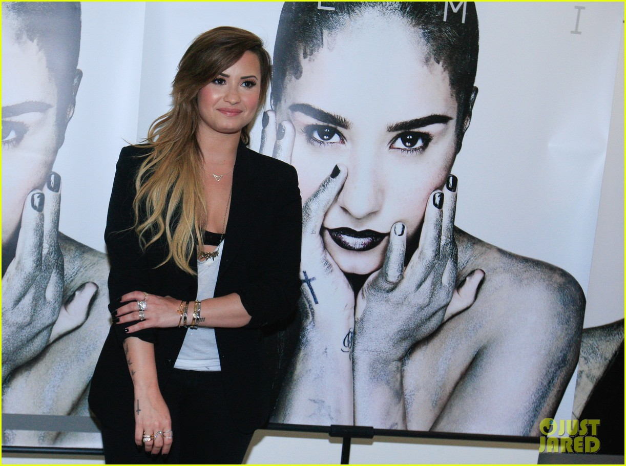 demi lovatos brazilian fans wake her up 11