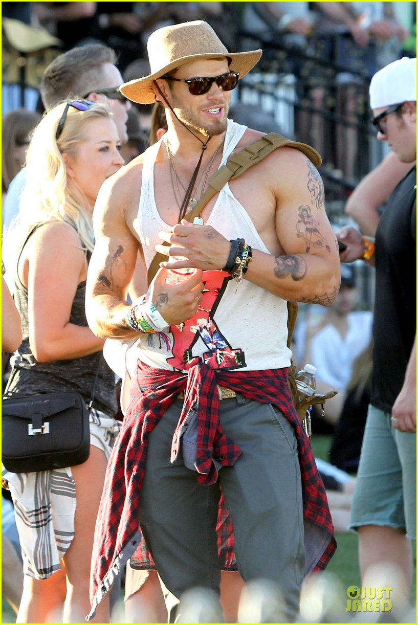 kellan lutz gun show at coachella 02