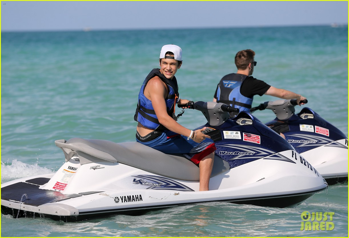 austin mahone shirtless beachside selfies with fans 11