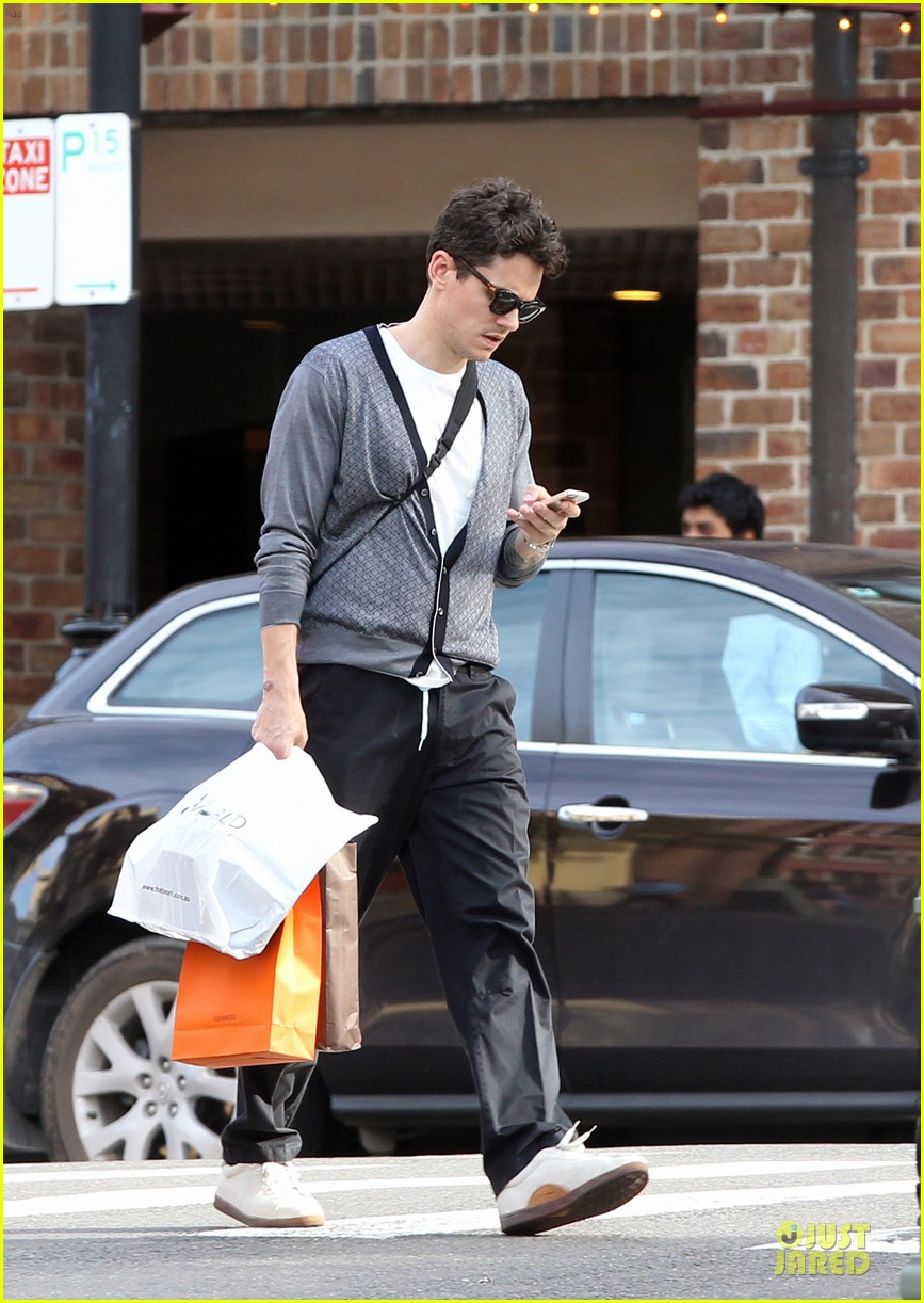 john mayer multitasking shopper in australia 03