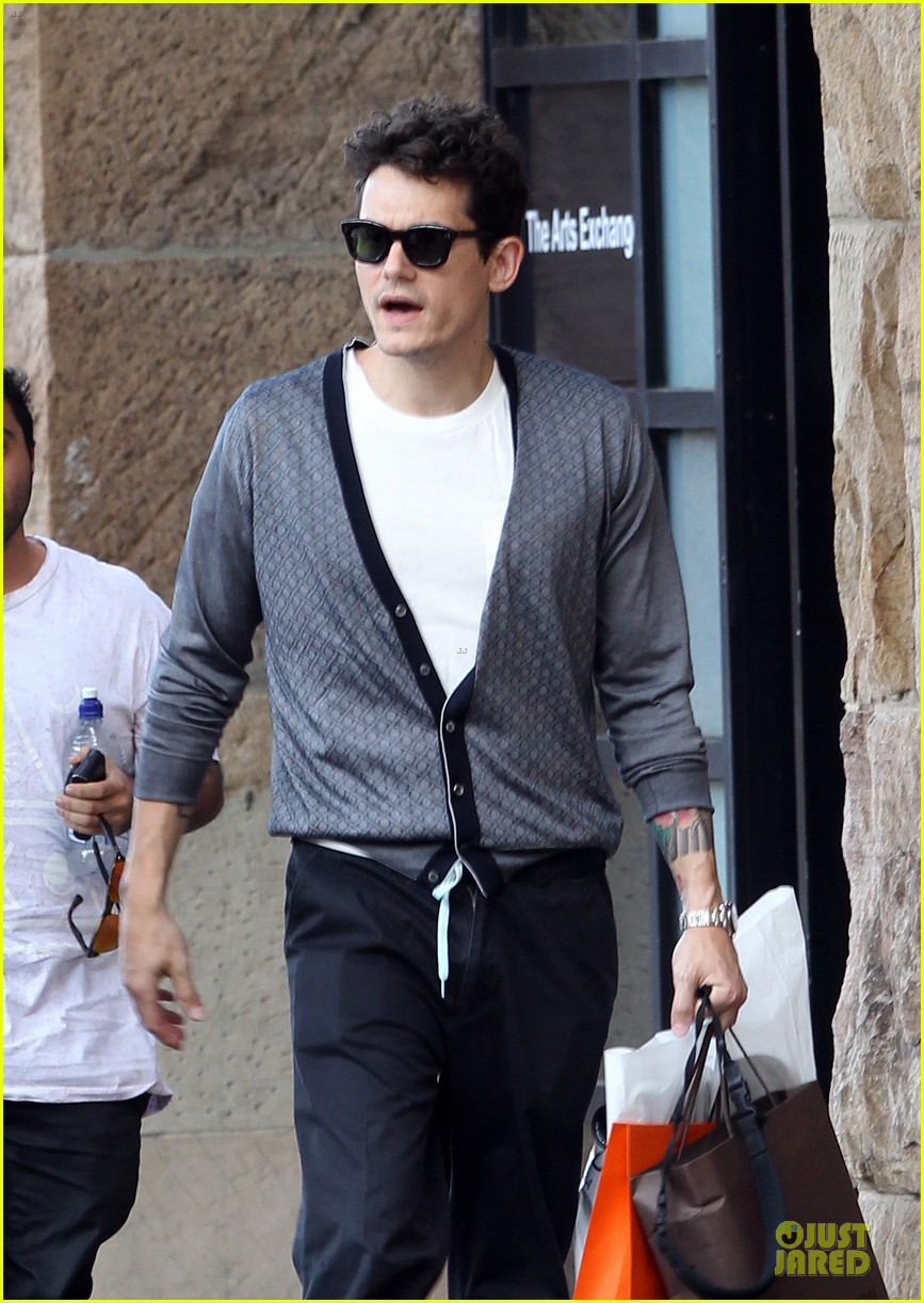 john mayer multitasking shopper in australia 04