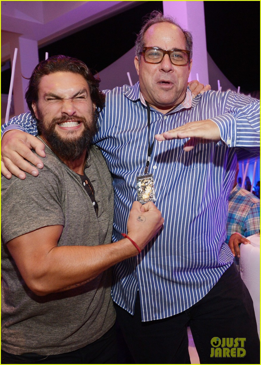 jason momoa proves master at posing for fan photos 07