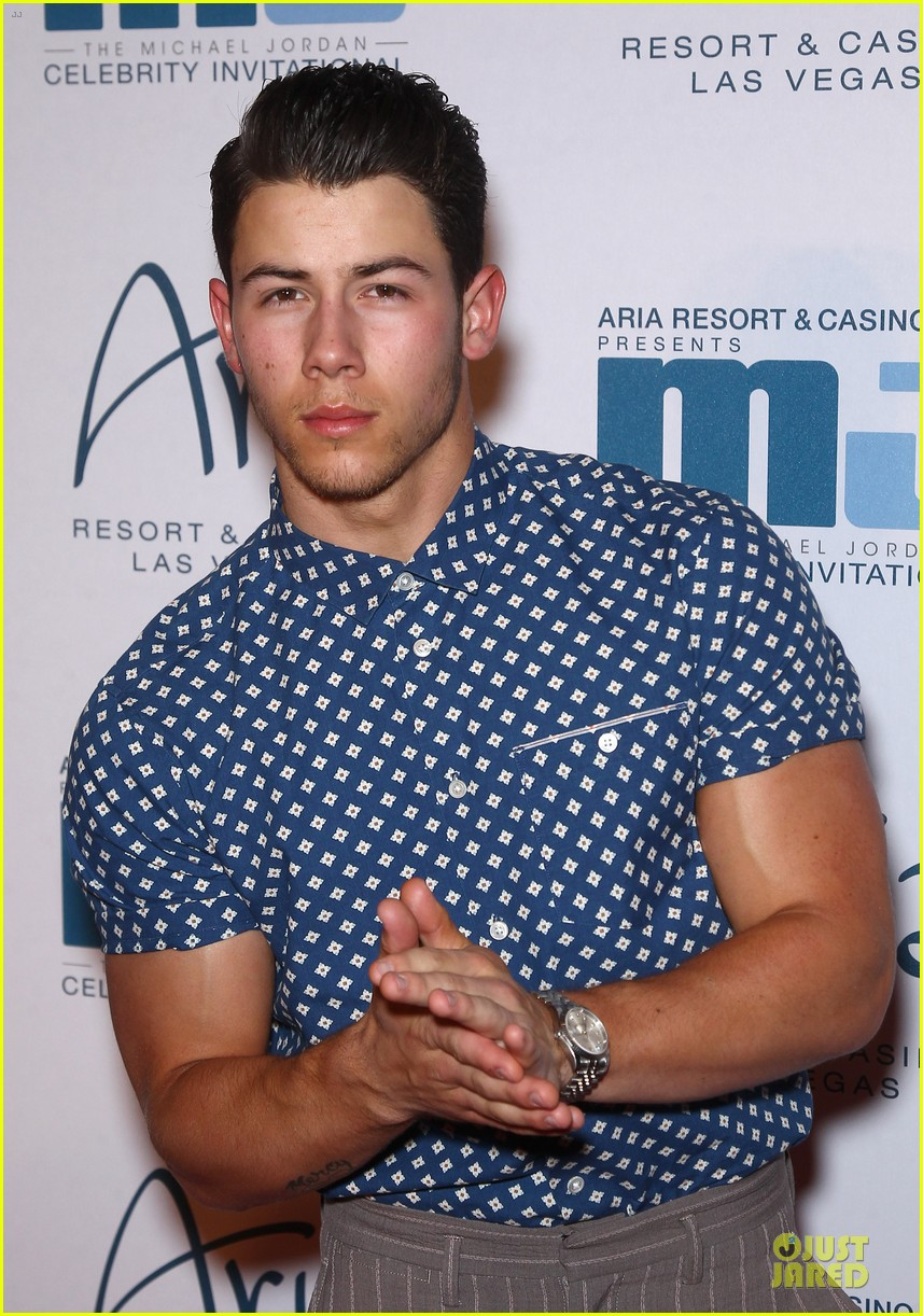 nick jonas bulging muscles pop out in vegas 02