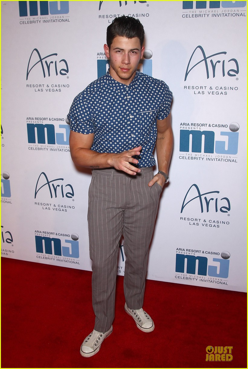nick jonas bulging muscles pop out in vegas 03