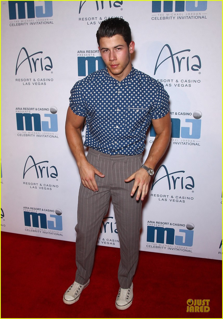 nick jonas bulging muscles pop out in vegas 063085077