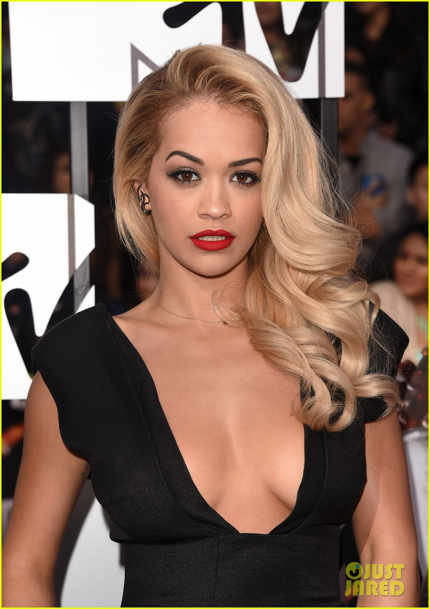 rita ora rocks plunging neckline at mtv movie awards 2014 043091196