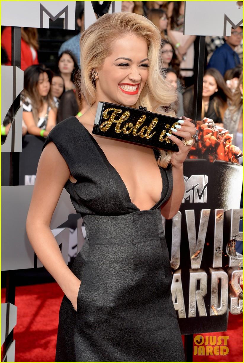 rita ora rocks plunging neckline at mtv movie awards 2014 06