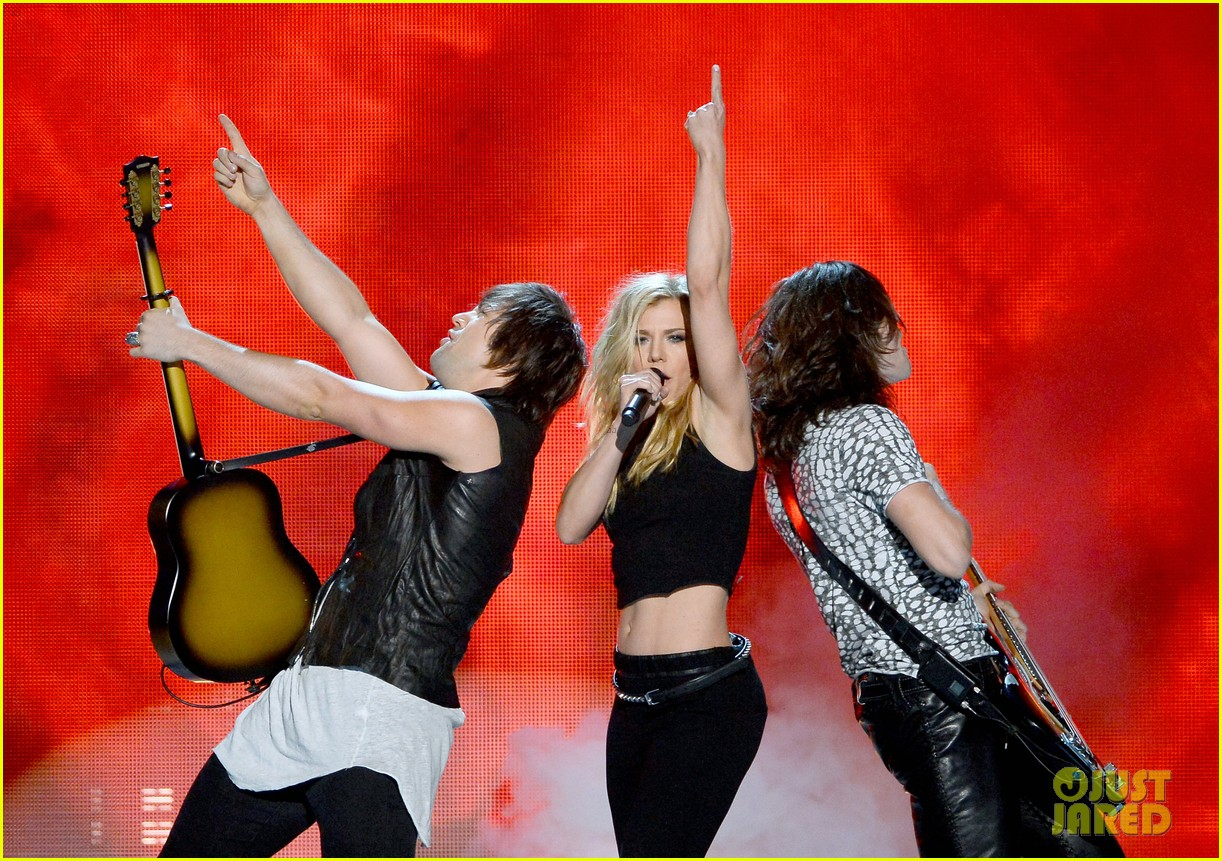band perry performs chainsaw at acm awards 2014 03