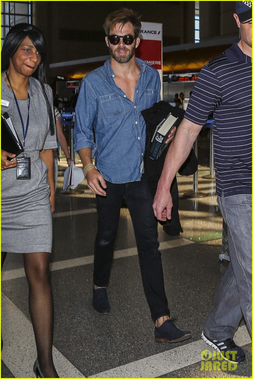 chris pine brings lindbergh along for trip to london 02