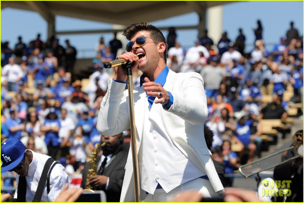 robin thicke dodgers concert 05