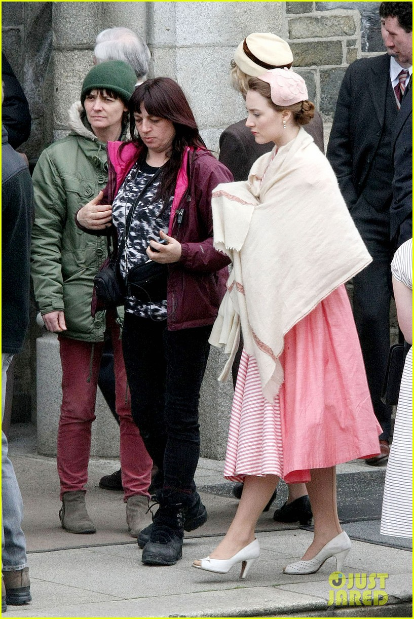 saoirse ronan fifties costumes look so vintage chic 18