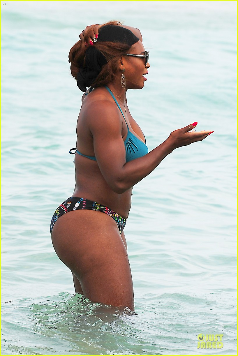 serena williams embracing boobs in fitness 043093545