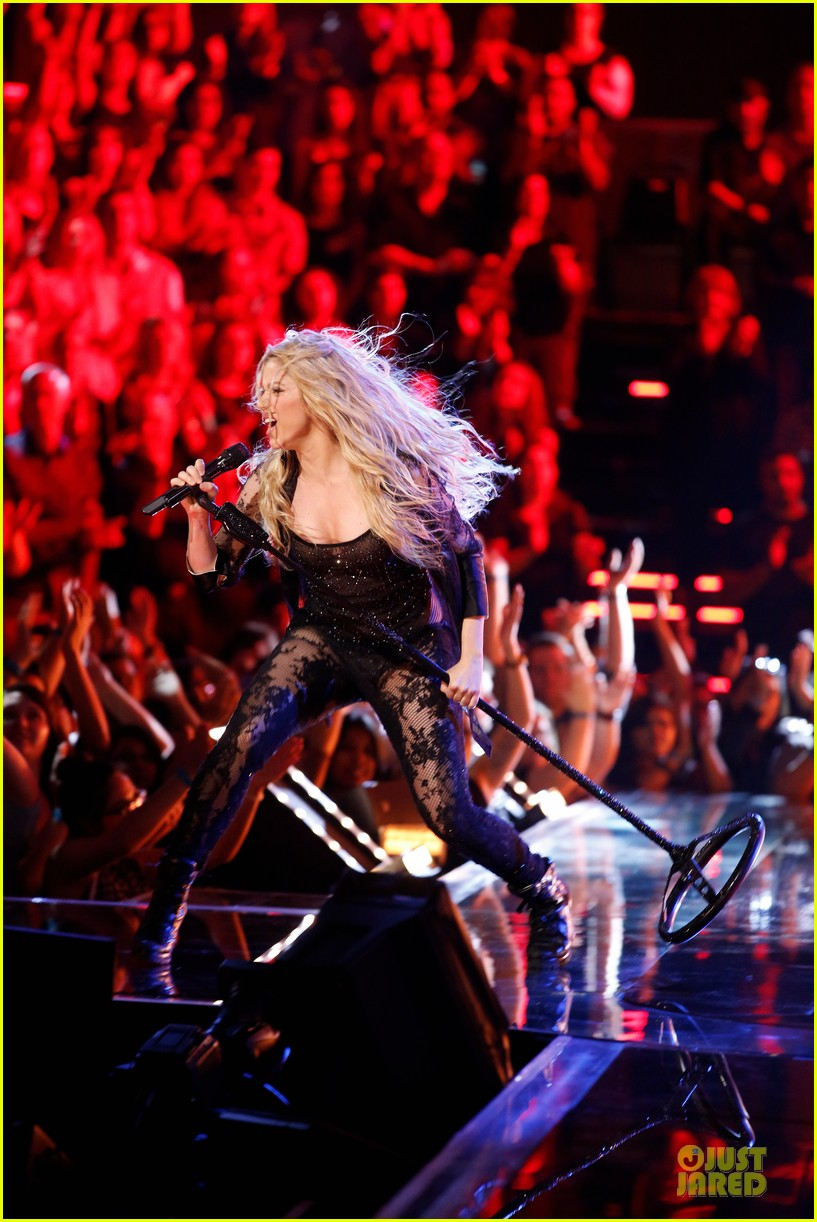shakira performs empire on the voice 013097033