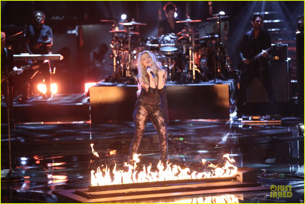shakira performs empire on the voice 06
