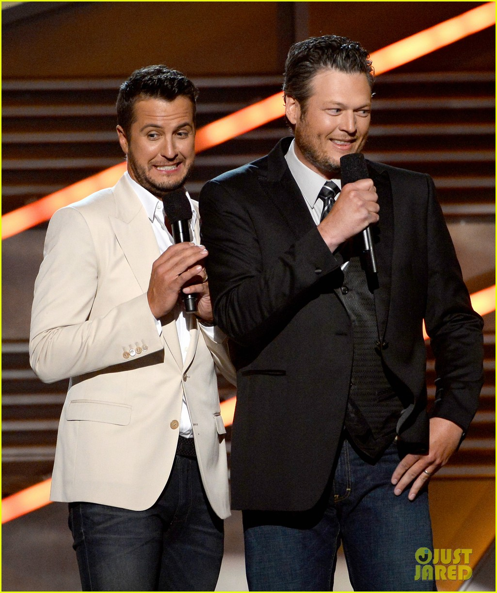 blake shelton disses britney spears at acm awards 2014 013085842