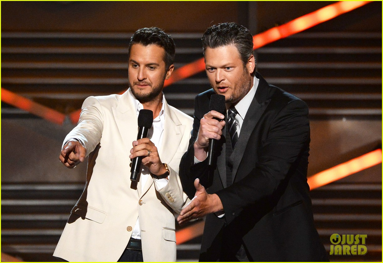 blake shelton disses britney spears at acm awards 2014 05