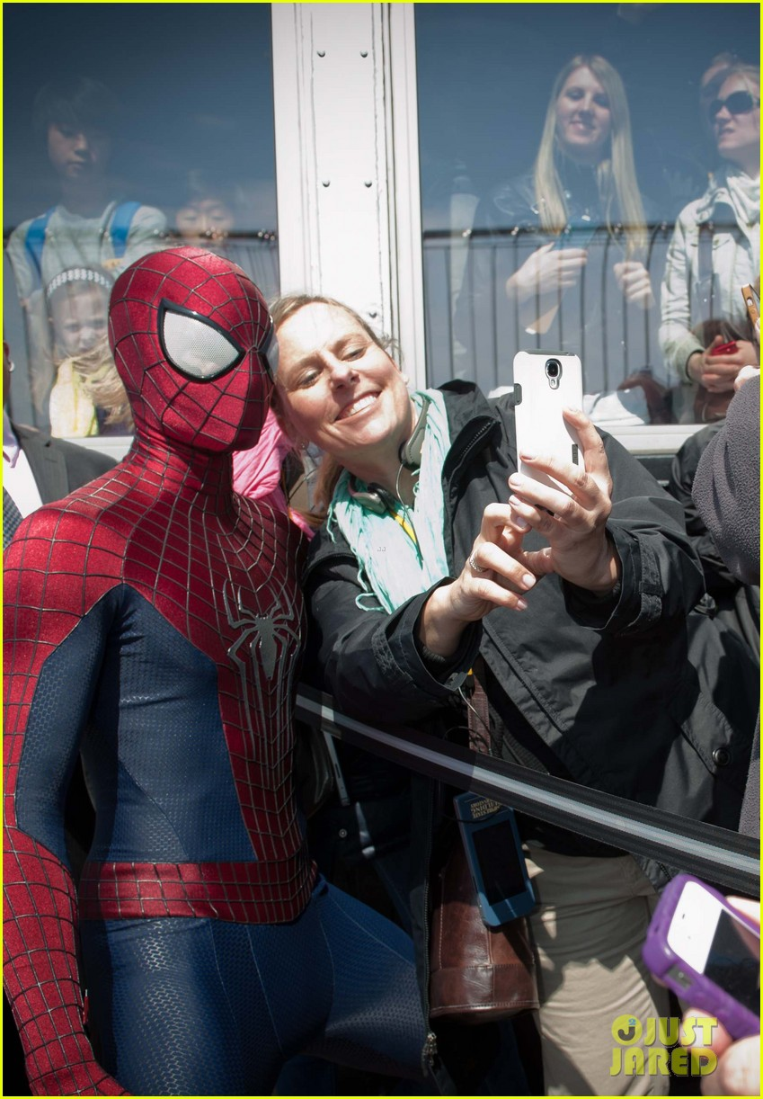http://cdn03.cdn.justjared.com/wp-content/uploads/2014/04/stone-esb2/emma-stone-brings-her-bangs-to-the-empire-state-building-with-spiderman-cast-10.jpg