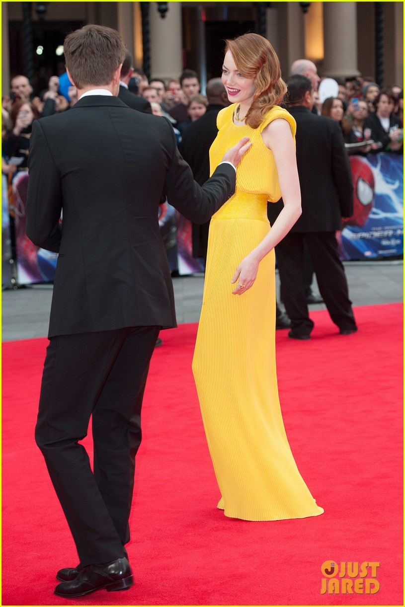 emma stone andrew garfield eyes for each other spider man 2 premiere 17