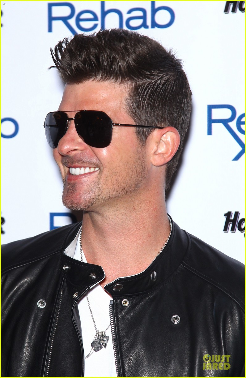 robin thicke shirt off at vegas pool party 06
