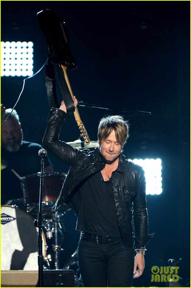 keith urban sings even stars fall 4 u at acm awards 2014 video 03